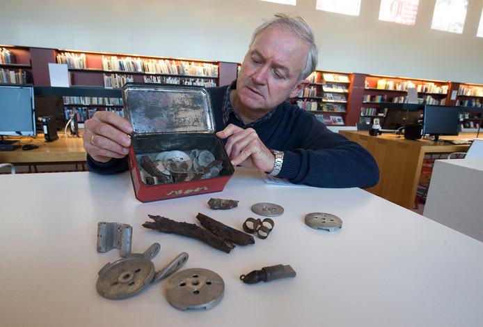 ArchivarIs Peter Bresser met een trommeltje met onderdelen van een in 1942 neergestorte bommenwerper in Megchelen. Het fluitje hoort waarschijnlijk tot de uitrusting van een omgekomen vliegenier.