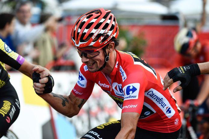 Roglic komt lachend over de streep: hij wint de Vuetla.
