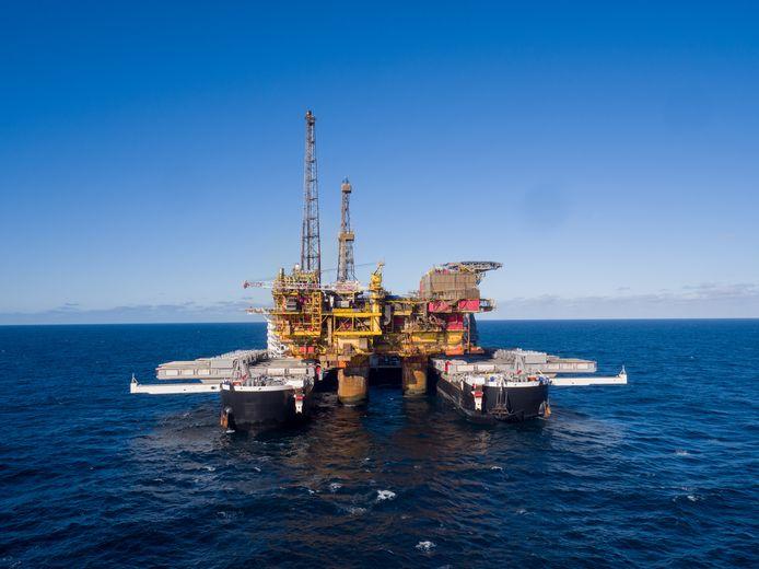 De Pioneering Spirit is te vergelijken met een enorme catamaran