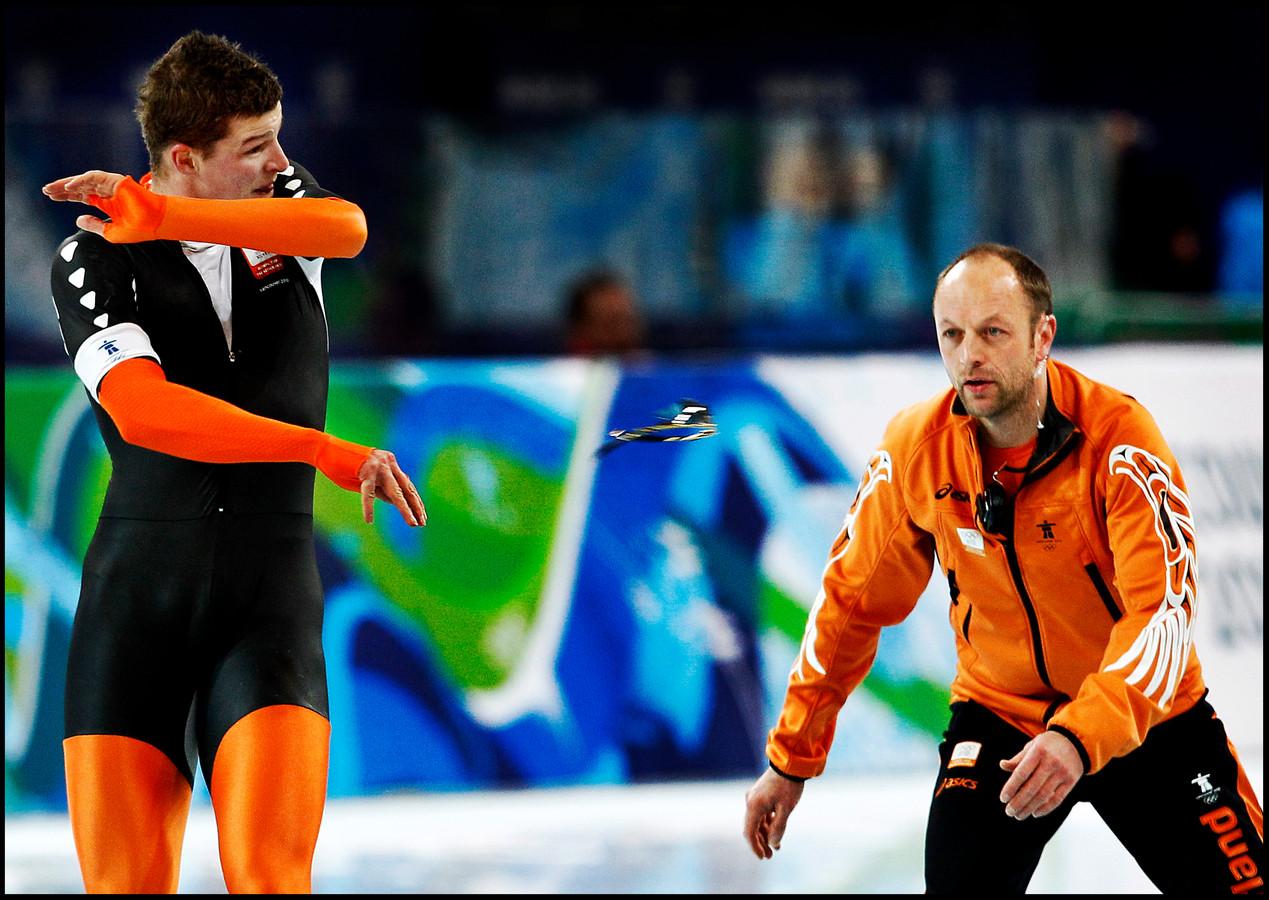 OS Vancouver , 23-02-2010 Uit frustratie gooit Sven Kramer zijn bril weg naar zijn coach Gerard Kemkers. Hij stuurde Sven de verkeerde baan in bij een wissel en miste daardoor zijn tweede zekere gouden medaille