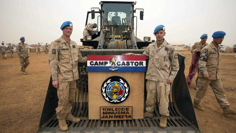 Nederlandse militairen met het wapen van kamp Castor in Gao. Beeld anp