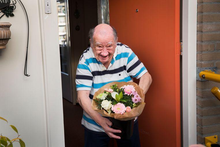 In  Breda worden bloemen via de site 'Red je Boeketje' door vrijwilligers afgegeven bij ouderen.  Beeld Arie Kievit