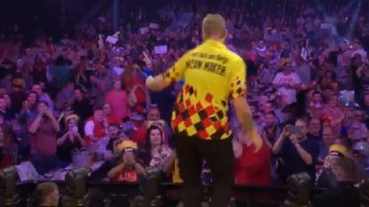 VIDEO. 'Dancing Dimitri' doet reputatie op Grand Slam of Darts alle eer aan: Antwerpenaar pakt zege en speelt nu tegen grote kanonnen