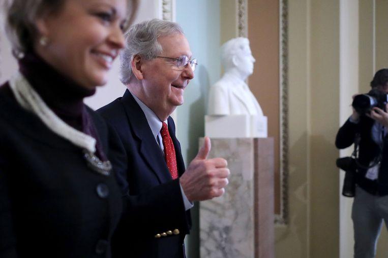 Mitch McConnell, de leider van de Republikeinse senatoren is zichtbaar tevreden met de stemming over de nieuwe belastingwet.