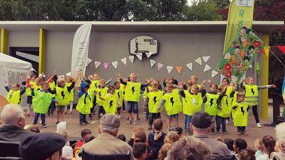 Rusthuisbewoners en leerlingen vieren samen schoolfeest
