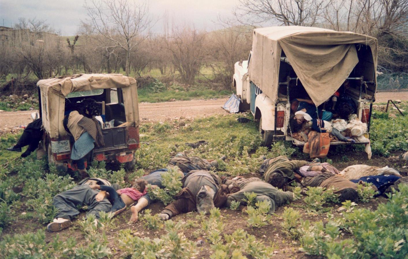 Doden bij de gifaanval op Halabja. Melchers wordt aangeklaagd omdat hij grondstoffen voor het gif zou hebben geleverd.