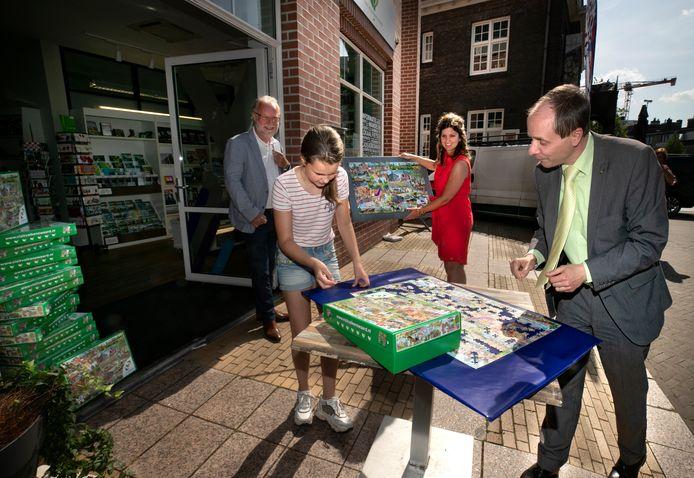 Jeugdburgemeester Iris Brom en burgemeester Anton Ederveen van Valkenswaard krijgen de eerste puzzel overhandigd en mogen hun puzzelkwaliteiten laten zien.
