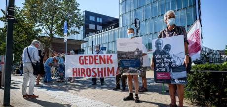 Herdenking atoombom Hiroshima op stil Stationsplein in Enschede