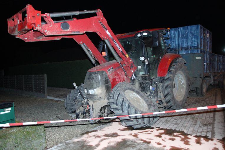 De vooras van de tractor begaf het door de klap.