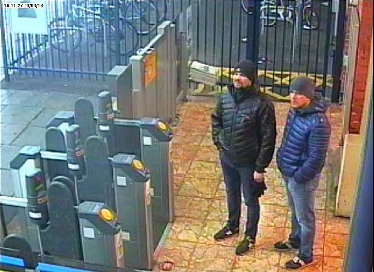 Aleksandr Petrov (lichte broek) en Roman Bosjirov – hun schuilnamen – op bezoek in 'de prachtige stad' Salisbury.  Beeld AFP