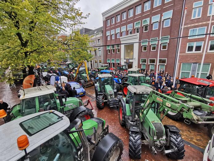 Boeren verzamelen zich in het centrum van Leeuwarden om te protesteren. Met trekkers werd de ingang van het Provinciehuis geblokkeerd.