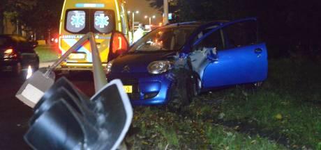Automobilist raakt macht over het stuur kwijt en ramt lichtmast