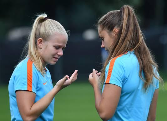 Kika van Es (l) en Lieke Martens (r).