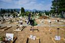 Tal van nieuwe graven op de monumentale begraafplaats in Bergamo.