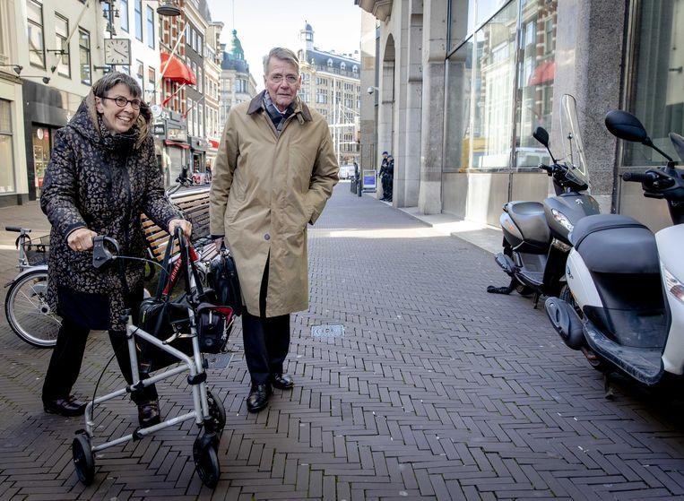 Voorzitter Piet Hein Donner en commissielid Jetta Klijnsma op weg naar de persconferentie over hun eindrapport over de toeslagenaffaire in Den Haag. Beeld ANP