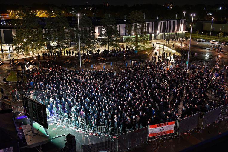Supporters van Willem II op een plein in Tilburg, donderdagavond.  Beeld Toby de Kort