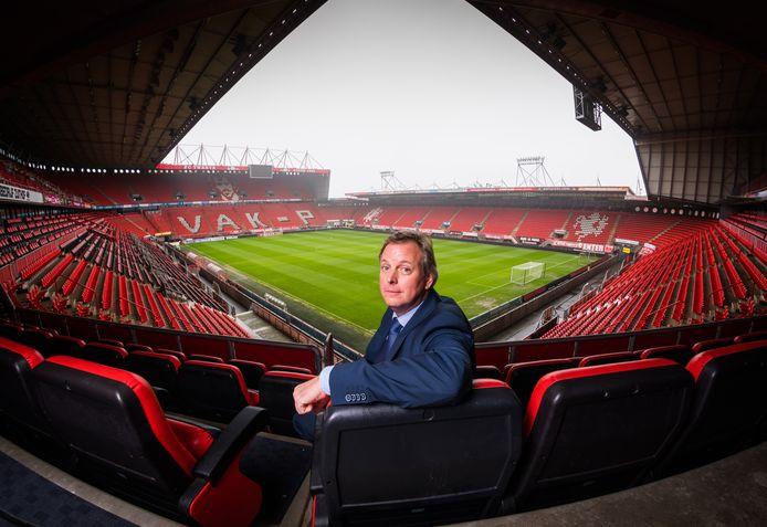 Erik Velderman trad pas op 1 januari in dienst als directeur bij FC Twente. In de in jaarrekening 2016/2017 genoemde salarissom van de directie telt zijn loon dus nog maar voor de helft mee.