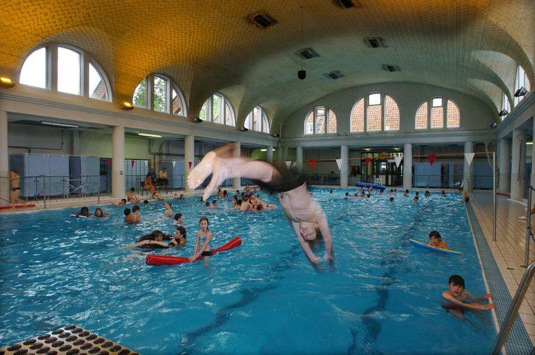 Zwemmers in zwembad Jan Guilini, waar sinds kort een nieuwe stookolie-installatie staat.