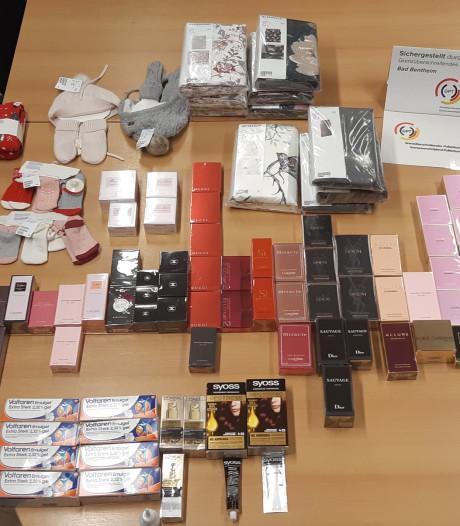 Tweetal met auto vol gestolen spullen opgepakt bij Enschedese grens