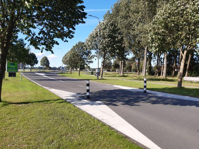 De huidige wegversmalling op de Rijksstraatweg in Numansdorp wijkt dit najaar voor een oversteekplateau, zodat fietsers veiliger kunnen oversteken.