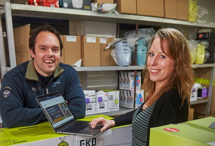 David Uhlenbroich en Mundel van Wezenbeek uit Oss handelen in bijzondere afvalbakken en -zakken.
