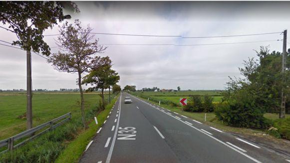 Het ongeval gebeurde in de straat 's Heerwillems in Avekapelle bij Veurne. Een van de passagiers overleed 's nachts, hoewel slechts lichte verwondingen waren vastgesteld.