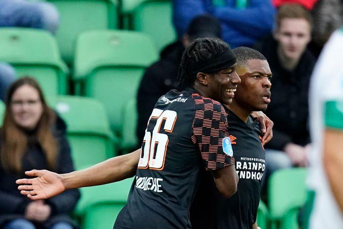 Noni Madueke omhelst Denzel Dumfries na zijn goal tegen FC Groningen.