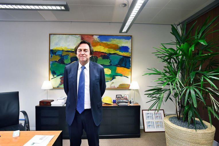 Hans Wijers in zijn werkkamer. Beeld Guus Dubbelman / de Volkskrant