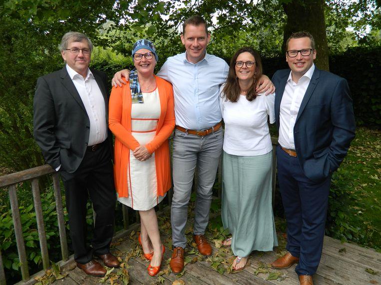 Ann Coopman vorige zomer tussen haar Lievegemse CD&V-vrienden. Ze vocht toen nog tegen kanker, maar gooide zich toch volop in de verkiezingsstrijd.