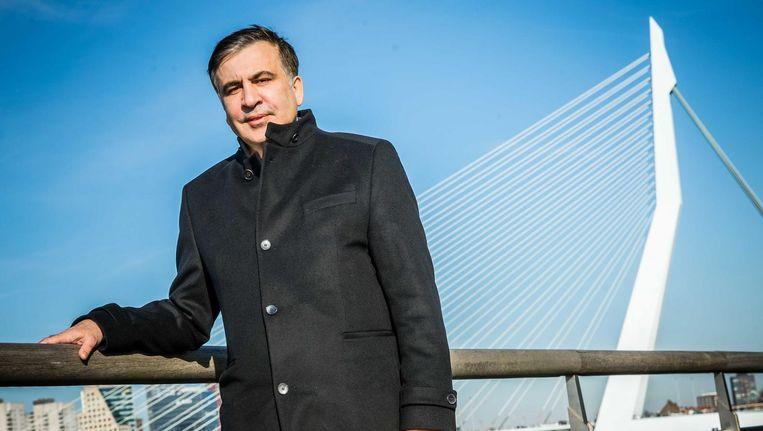 Micheïl Saakasjvili voor de Erasmusbrug in Rotterdam. Beeld anp