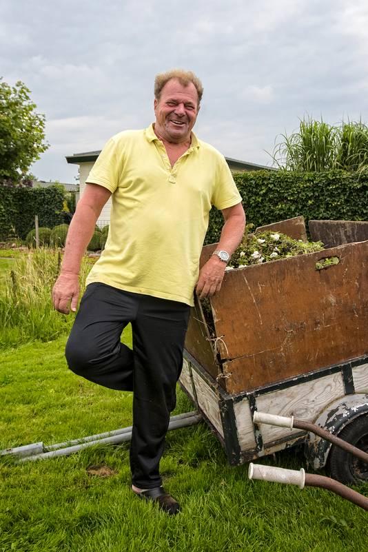 """""""En of ik een Haagse ooievaar wil nadoen..."""" zegt Haagse oud-bouwondernemer Joop Schmitz en voegt de daad bij het woord."""