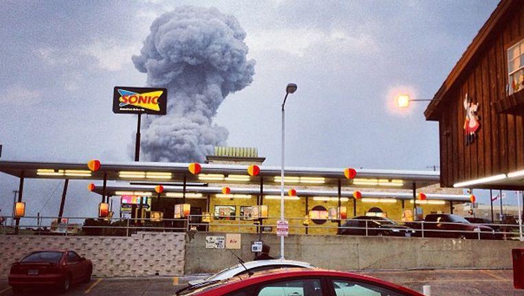 Een rookpluim stijgt op na de explosie bij de fabriek Beeld ap