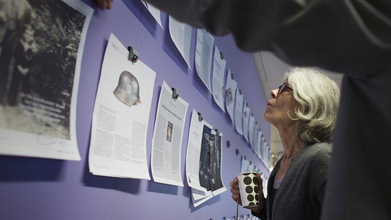Anna Enquist op de redactie van Trouw Beeld Trouw / Mark Kohn