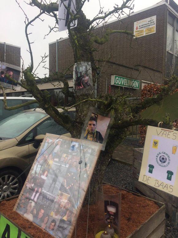 Aan een boom op de vaste parkeerplaats van Maarten Vaes staat momenteel deze collage om Maarten te herdenken.