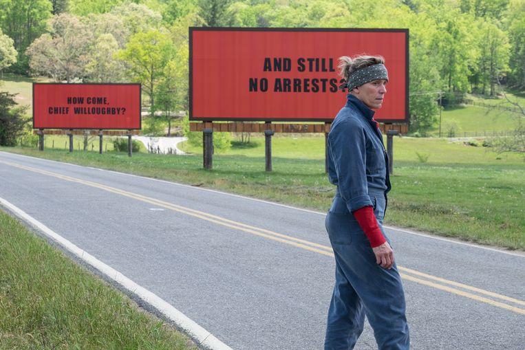 Als het politie-onderzoek naar haar vermoorde dochter niet opschiet, laat de moeder drie controversiële billboards langs de weg plaatsen in de film Three billboards outside Ebbing, Missouri. Beeld rv