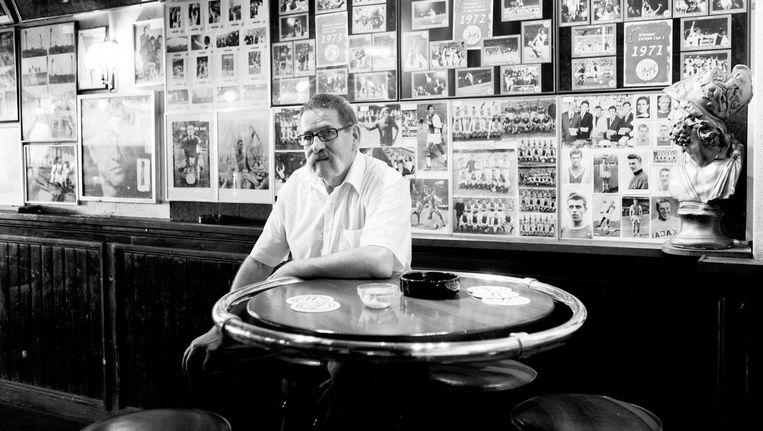 Van der Gragt in zijn café Hendrik de Achtste, 2009 Beeld Ruud van Zwet
