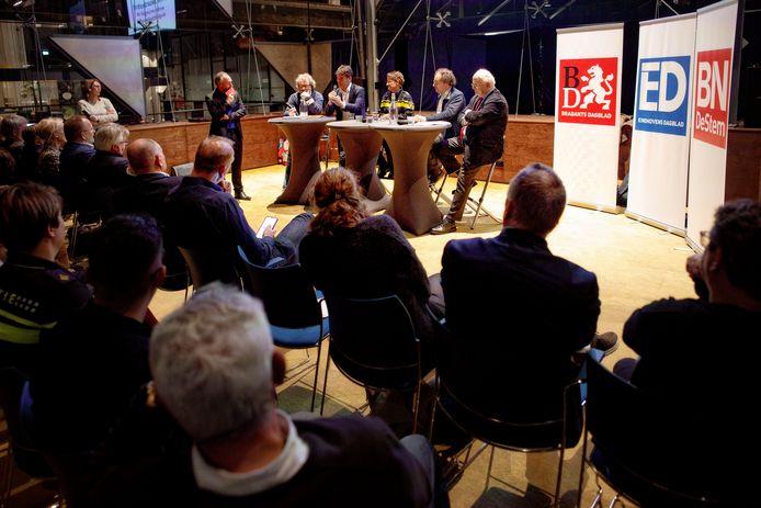 Burgemeester Paul Depla is aan het woord tijdens de debat-avond in de LocHal over de aanpak van ondermijnende criminaliteit in Brabant.