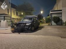 Bestuurder witte bestelbus ramt busje in Oosterheem en rijdt door, schade is aanzienlijk