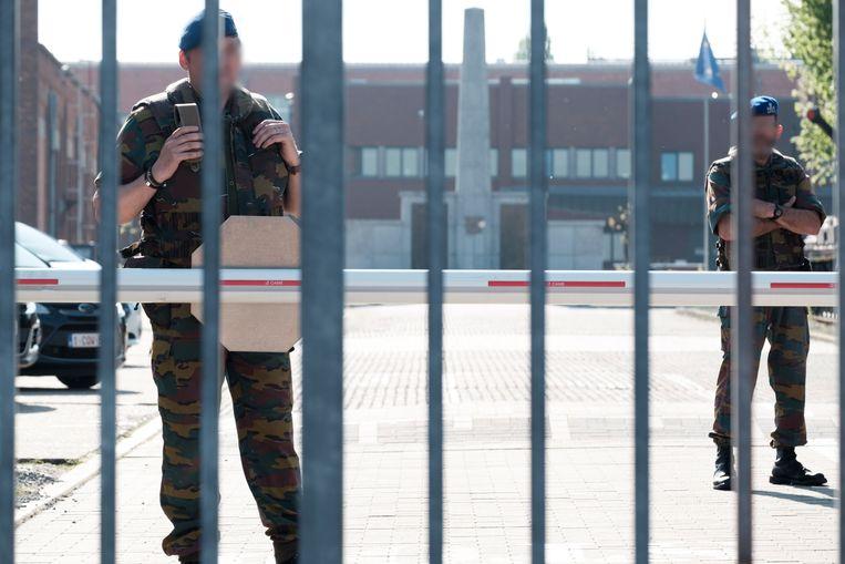 Militairen aan de gevangenispoort van Lantin.