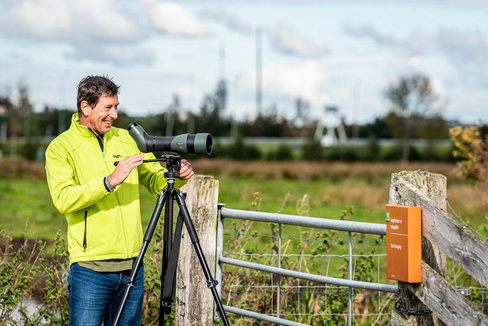 Stef Strik van de IVN vogelwerkgroep Alphen aan den Rijn op de uitkijk naar koereigers in het Zaanse Rietveld.