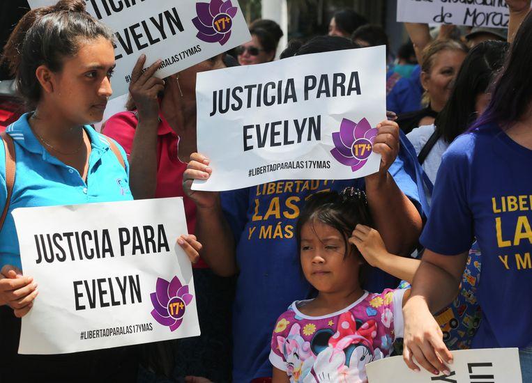 Medestanders van Evelyn Beatríz Hernández Cruz aan de rechtbank in de stad Ciudad Delgado.