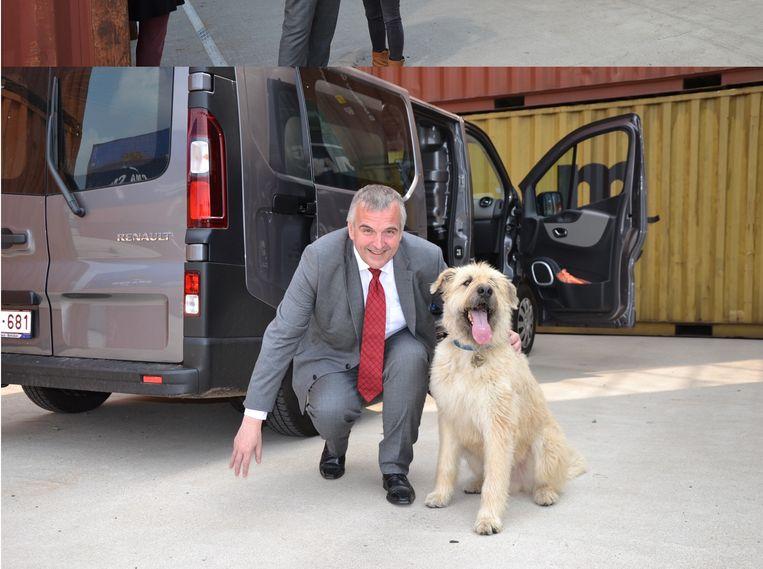 Burgemeester Eric Van Meensel met de ster van de reeks, hond Kosmoo.