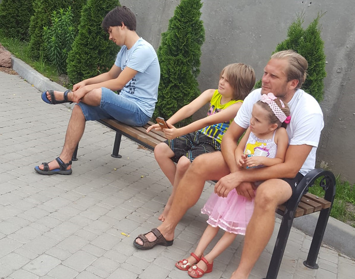 Maksim, Denis, vader Viktor en dochter Arina in Oekraïne.