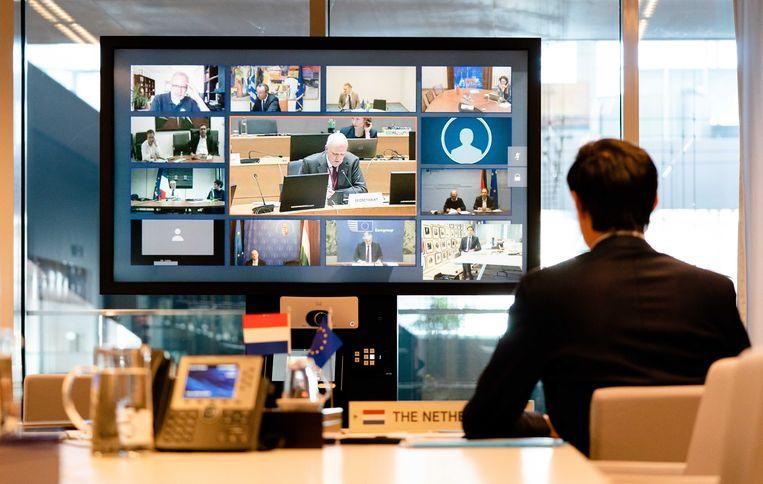 Minister Wopke Hoekstra tijdens een videoconferentie met de EU-ministers van Financiën, over welke middelen moeten worden ingezet om de economische klap van de coronacrisis op te vangen. Beeld ANP