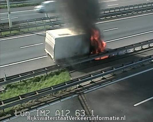 Een camerabeeld van Rijkswaterstaat toont de brand in de vrachtauto.