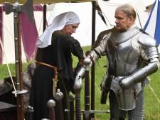 Ridders Bettink wanen zich in de middeleeuwen: 'Je voelt hoe het is een zwaard vast te houden'