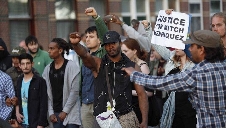 Demonstranten in de Schilderswijk protesteren tegen de dood van de Arubaan Mitch Henriquez. Beeld epa