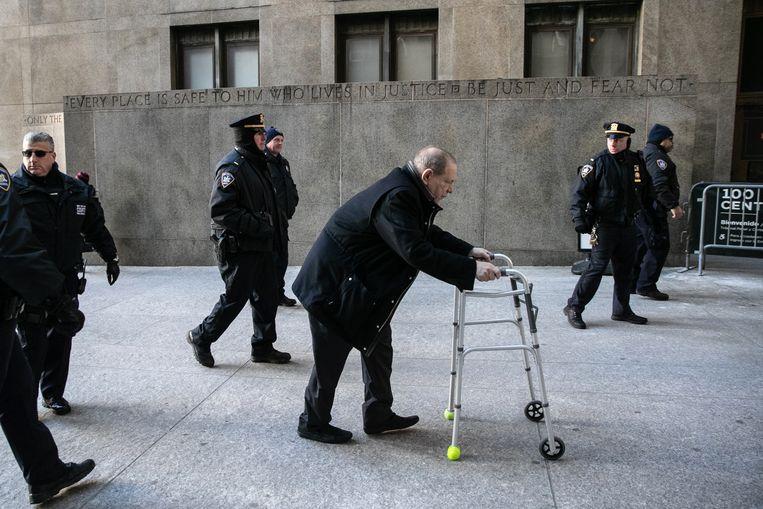 Harvey Weinstein komt aan bij de rechtbank in New York.  Beeld Getty