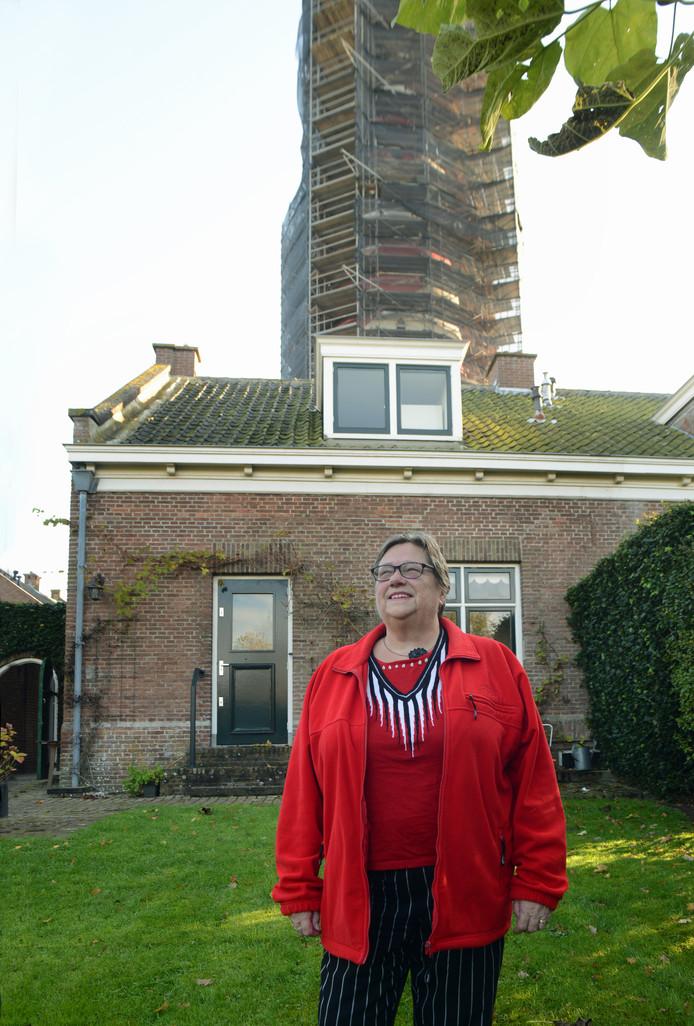 Mineke Straijer, dochter van de vuurtorenwachter, achter haar ouderlijk huis