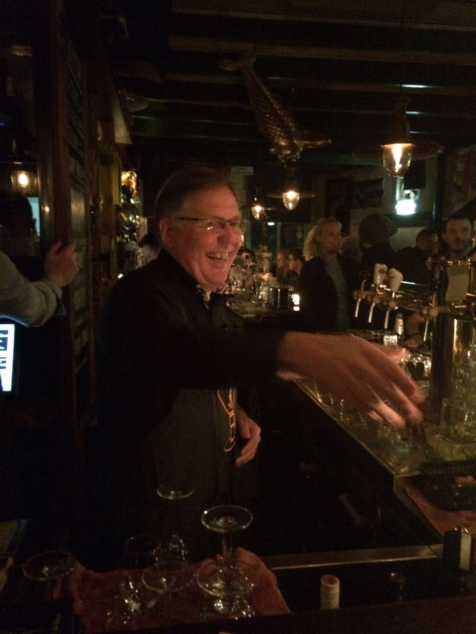 Burgemeester Rabelink achter de bar.